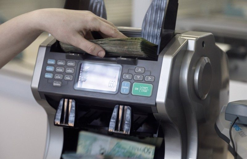 Обязан ли кассир возмещать недостачу по кассе